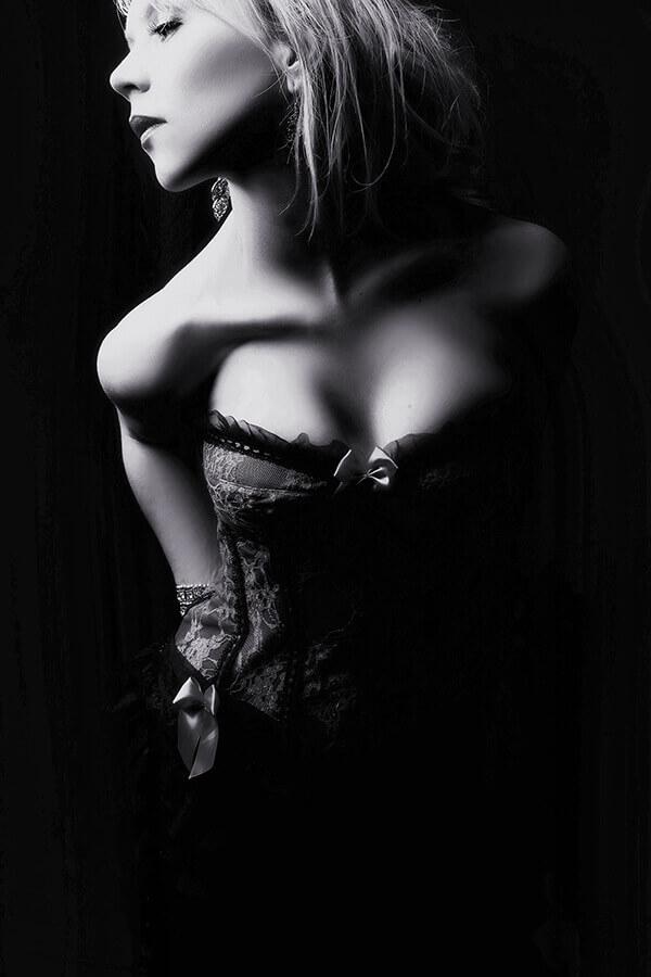 """<img src=""""boudoir.jpg"""" alt=""""Black and White Boudoir"""">"""